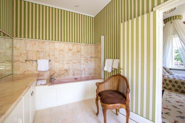 Bedroom 1 en suite bath with shower