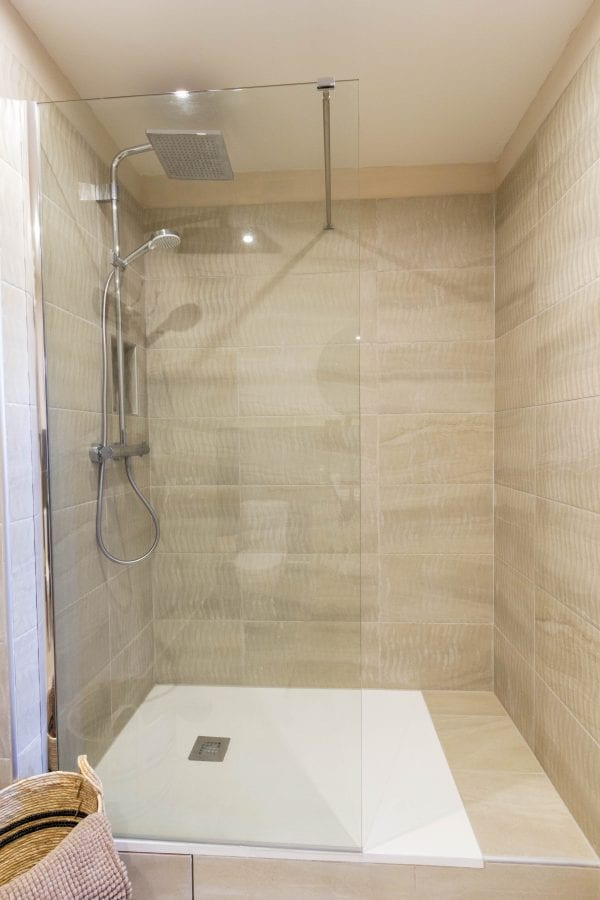 Bedroom 3 with a wash basin, wc and walk in shower