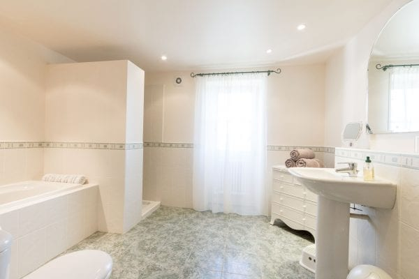 Ground floor walk in shower, bath and wc