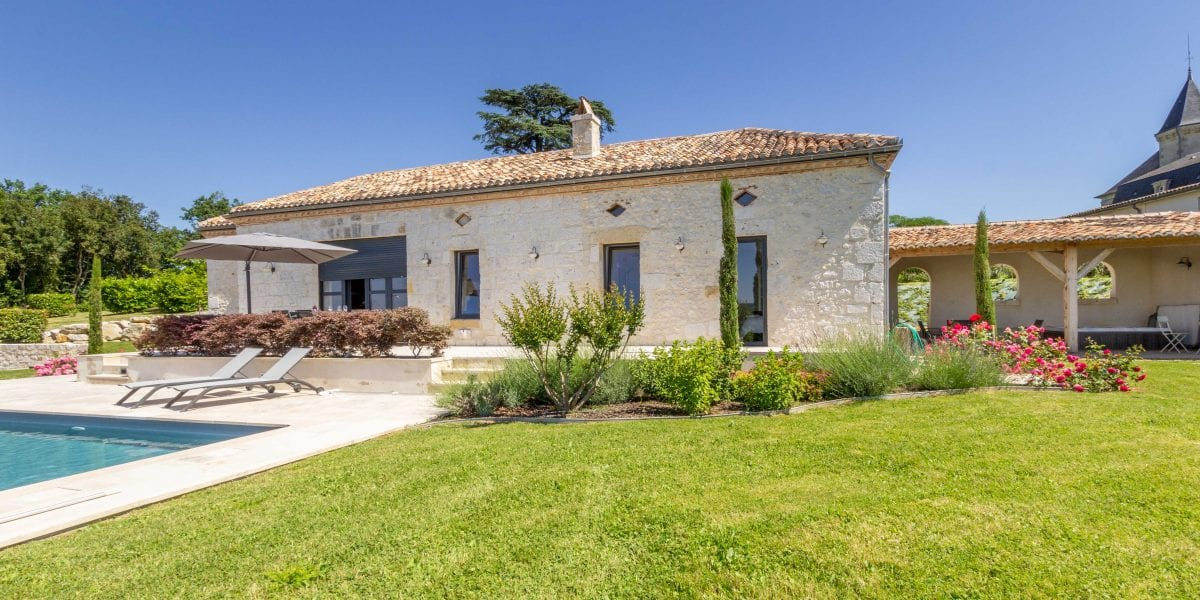 La Citadelle, holiday villa in France with a private secure heated pool set on the Chateau Picon vineyard