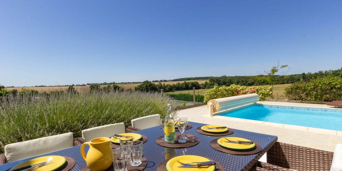 Le Rieutord holiday villa near Duras with a private secure swimming pool and a tennis court