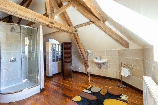 Masterbedroom en suite with walk in shower and wc