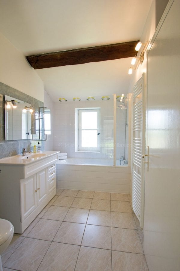 Shared bathroom with bedrooms 1 and 2