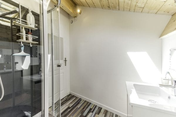 Shower room and separate wc to the large bedroom, upper floor