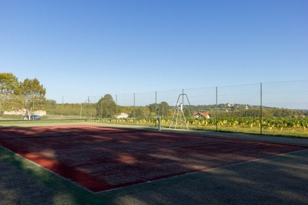 The tennis court, views to Duras chateau