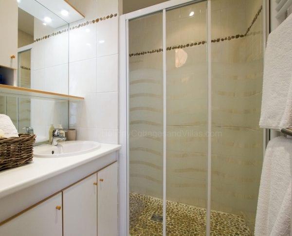 The studio Ground floor shower room